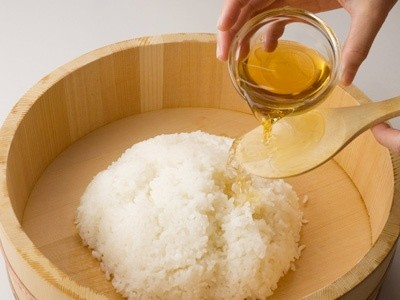 spicing the rice with vinegar sauce
