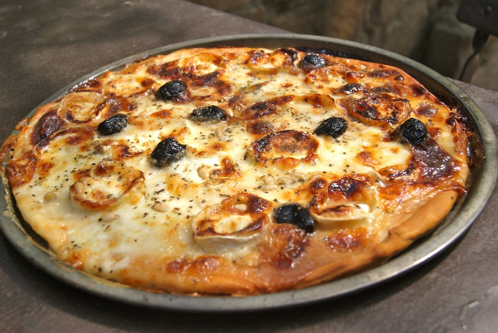 goat cheese pizza with honey and fresh cream